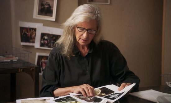 Annie Leibovitz browses through a collection of portraits – Image provided by MasterClass